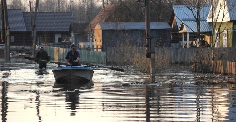 Synoptycy przewidują, że padać przestanie dopiero w trzeciej dekadzie sierpnia /AFP