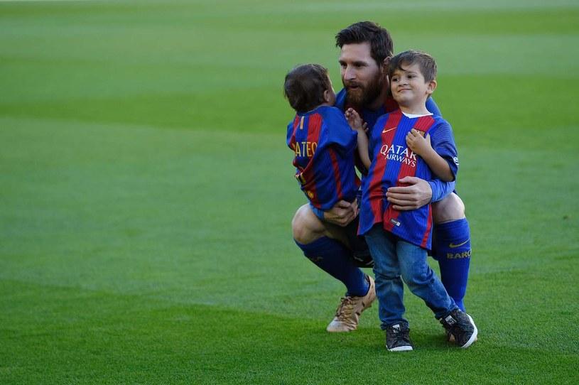 Synowie Messiego - Thiago (P) i Mateo (L) z tatą na meczu Barcelony /AFP