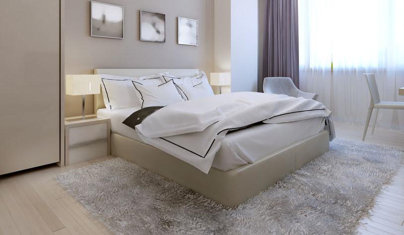Sypialnia z wygodnym łóżkiem /©123RF/PICSEL