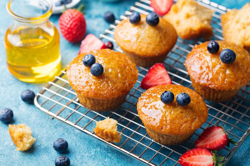 Sypnij garść owoców do ciasta przed rozłożeniem go w papilotkach. Świetnym dodatkiem może być też konfitura. Porcję (ok. 1 łyżka) włóż między 2 porcje ciasta /123RF/PICSEL
