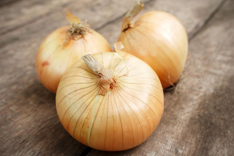 Syrop z cebuli przyrządzisz zarówno z żółtej, białej, jak i czerwonej cebuli /123RF/PICSEL