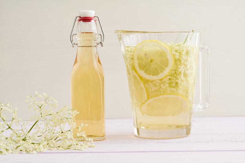 Syrop z czarnego bzu można pić nierozcieńczony, w formie lemoniady lub jako dodatek do herbaty /123RF/PICSEL