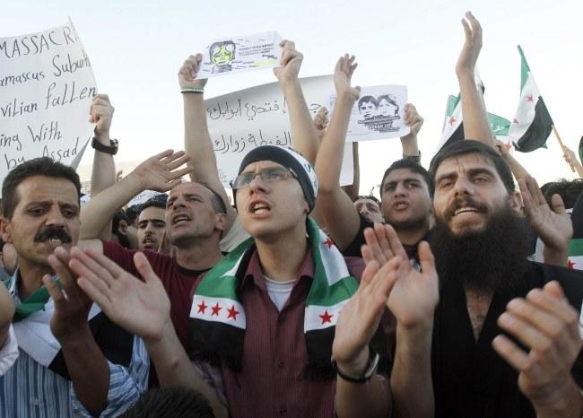 Syryjczycy mieszkający w Jordanii protestują przeciwko reżimowi Baszara el-Asada. /JAMAL NASRALLAH /PAP/EPA