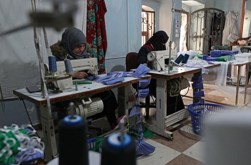 Syryjki szyjące maseczki ochronne /Omar haj kadour /AFP