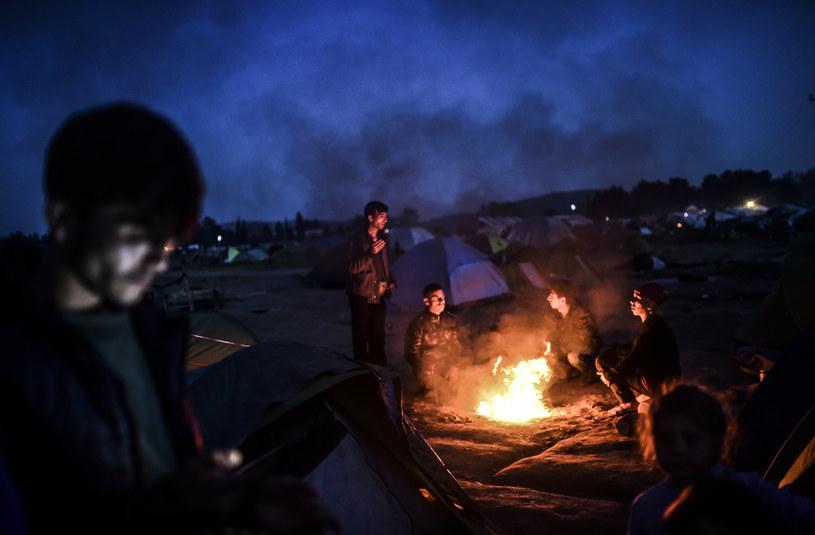 Syryjscy Kurdowie gromadzą się przy ognisku /AFP