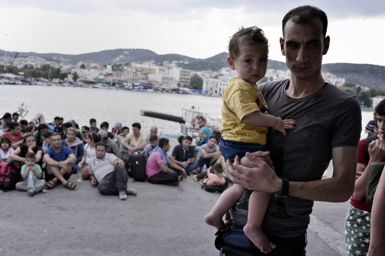Syryjscy uchodźcy na greckim wybrzeżu /LOUISA GOULIAMAKI / AFP /AFP