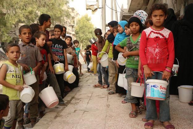 Syryjskie dzieci czekają na dostawę jedzenia /AFP