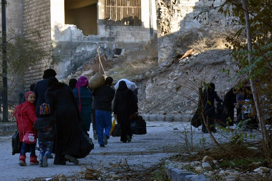 Syryjskie rodziny opuszczają Aleppo /PAP/EPA/SANA HANDOUT /PAP/EPA