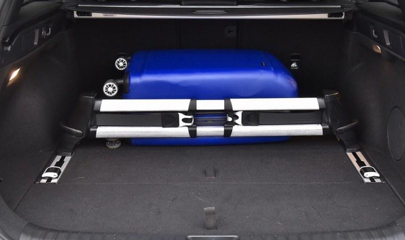 System aranżacji przestrzeni bagażowej (seryjny) pomaga utrzymać pakunki w miejscu. /Motor