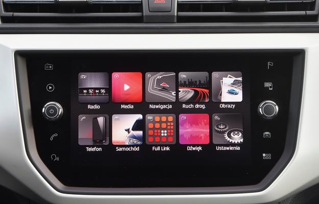 System multimedialny (8'') ma wejścia AUX, 2 x USB oraz SD, jest przyjazny w obsłudze i dobrze współpracuje ze smartfonami. /Motor
