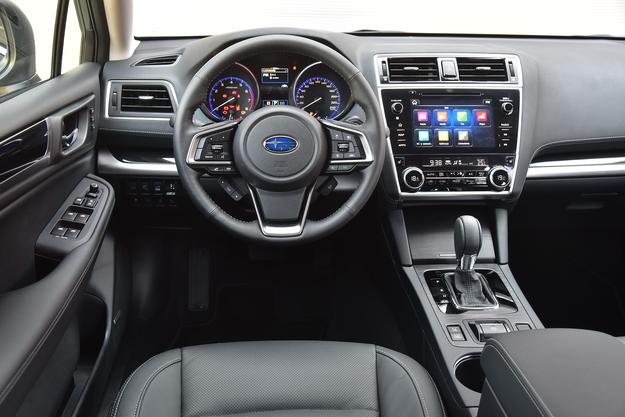 System multimedialny z ekranem 8'' jest kompatybilny z Apple CarPlay i Android Auto. Nowe są też kierownica, czarne wykończenie konsoli i panel klimatyzacji. /Motor