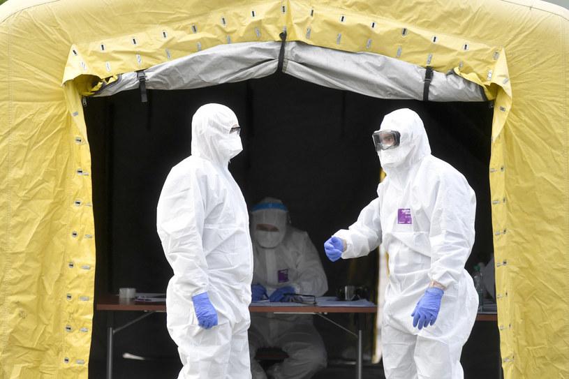 """""""System opieki zdrowotnej musi iść w kierunku wykonywania masowo testów na obecność koronawirusa"""" /LUKASZ KALINOWSKI /East News"""