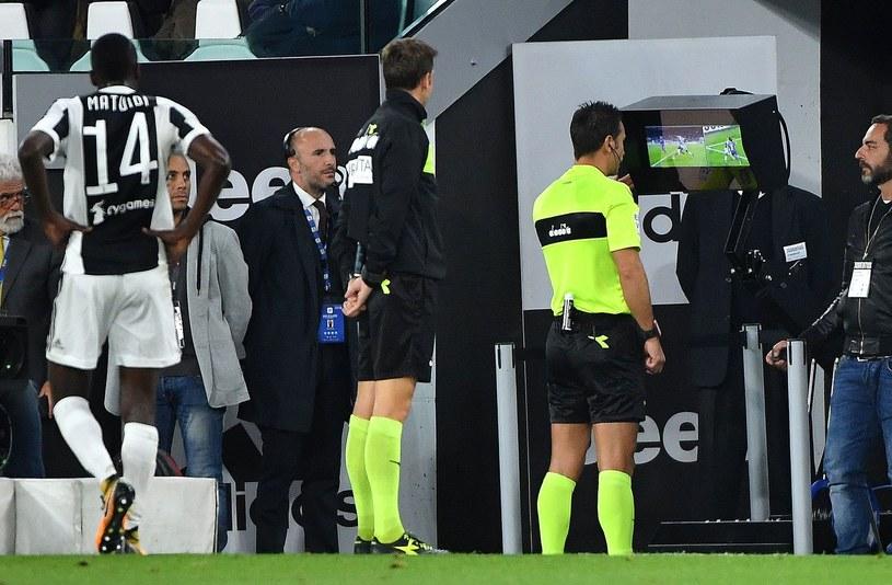 System VAR w praktyce podczas meczu włoskiej Serie A /AFP