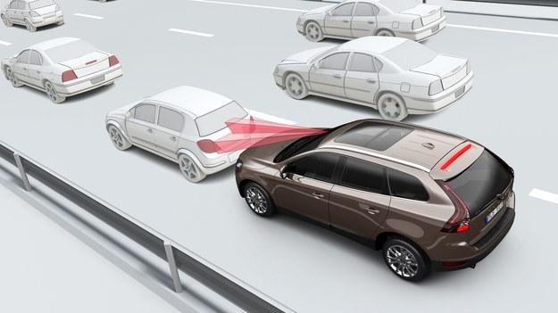System z Volvo XC60 ostrzega przed najechaniem na stojące pojazdy, w razie potrzeby sam rozpoczyna hamowanie. /Volvo