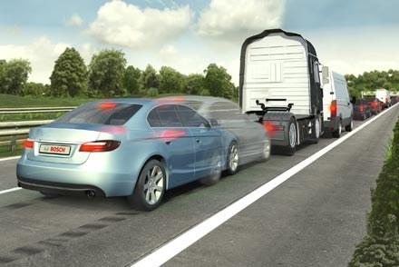 Systemy hamowania awaryjnego pozwoliłyby zapobiec prawie trzem na cztery wypadki. Fot. Bosch /