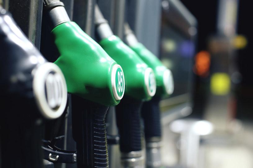 Sytuacja na rynku ropy musiała przełożyć się na ceny na stacjach paliw /123RF/PICSEL