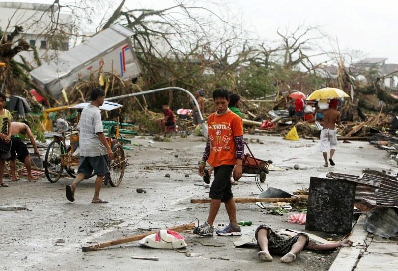 Sytuacja po przejściu na Filipinach /Francis r. Malasig (PAP/EPA) /