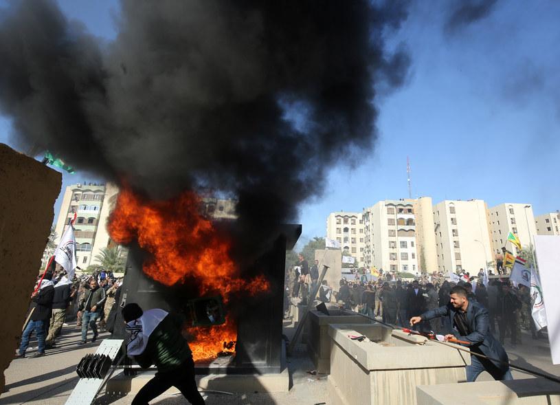 Sytuacja przed ambasadą USA wymyka się spod kontroli /AFP