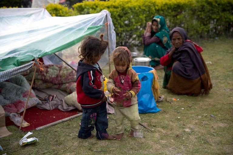 Szacuje się, że 1,7 mln dzieci w Nepalu potrzebuje pomocy /MENAHEM KAHANA /AFP