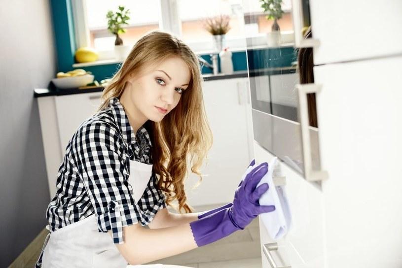 Szafka powinna być sprzątana regularnie /123RF/PICSEL