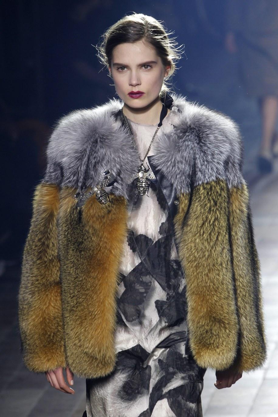 Szalenie modne będą m.in. futrzane kożuchy i kurtki /GUILLAUME HORCAJUELO  /PAP/EPA