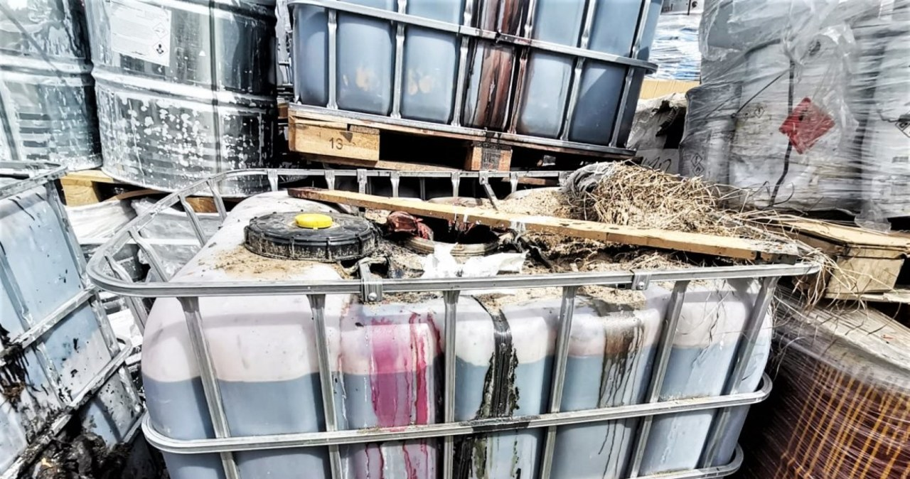 Szamotuły: Porzucona ciężarówka z chemikaliami