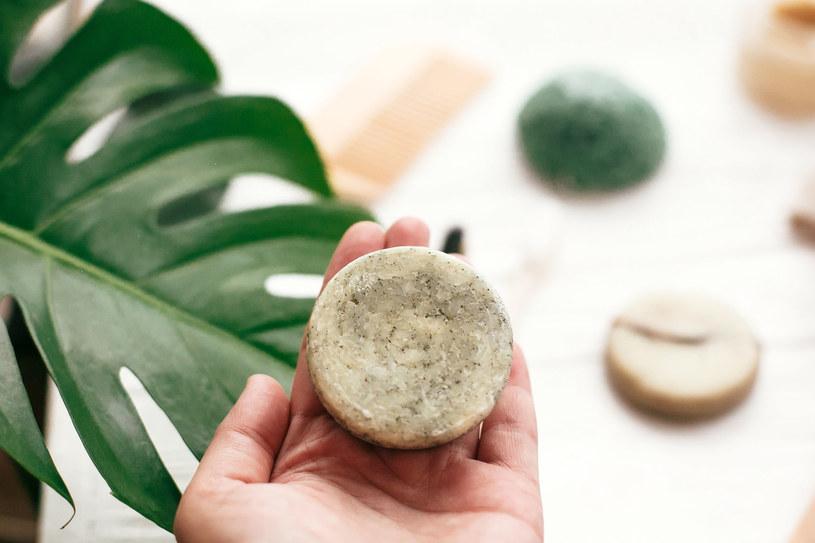 Szampon w kostce to polecany przez specjalistów zamiennik tradycyjnych szamponów w płynie /123RF/PICSEL