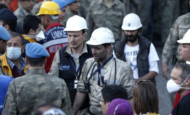 Szanse na znalezienie żywych górników są minimalne /TOLGA BOZOGLU /PAP/EPA