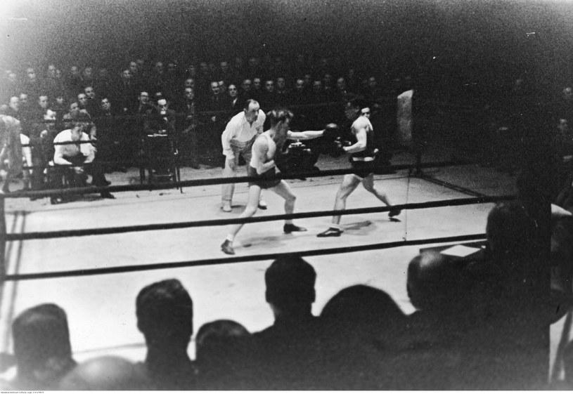 Szapsel Rotholc (z lewej) i bokser węgierski Podany (z prawej) podczas walki zakończonej zwycięstwem Polaka /Z archiwum Narodowego Archiwum Cyfrowego