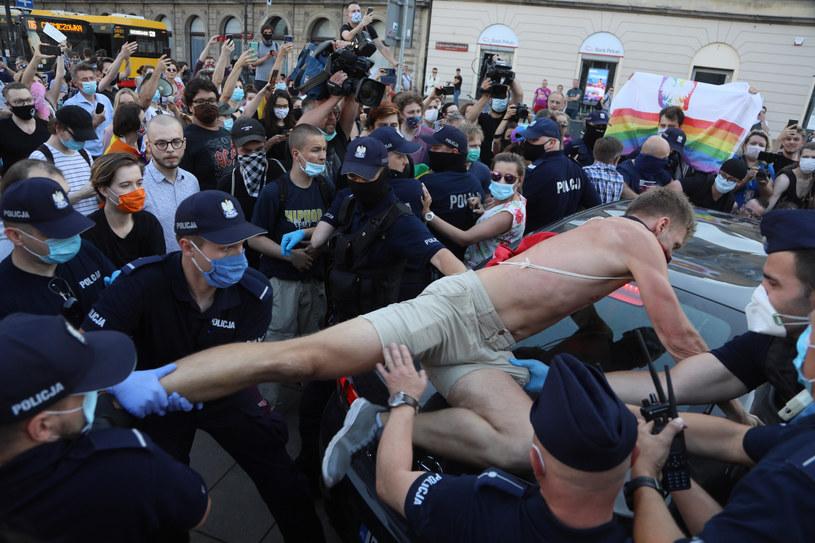 Szarpanina między aktywistami a policją /Jakub Kamiński   /East News