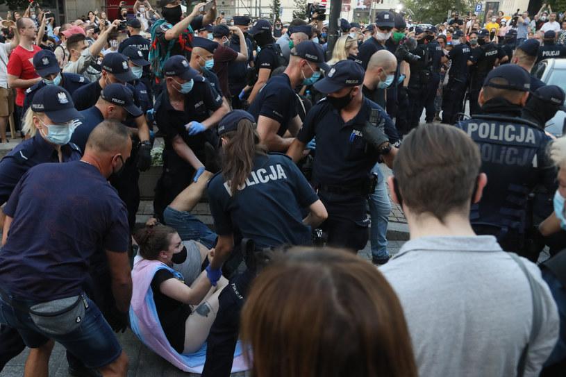 Szarpanina z policją / Jakub Kamiński    /East News