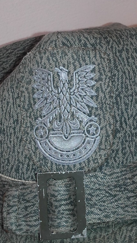 """Szary orzeł stosowany na czapkach z tkaniny """"mora"""" do 1984 roku. /Odkrywca"""