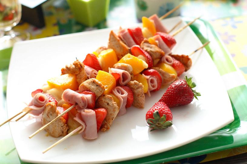 Szaszłyki to banalnie prosta potrawa, która może być efektowna /123RF/PICSEL