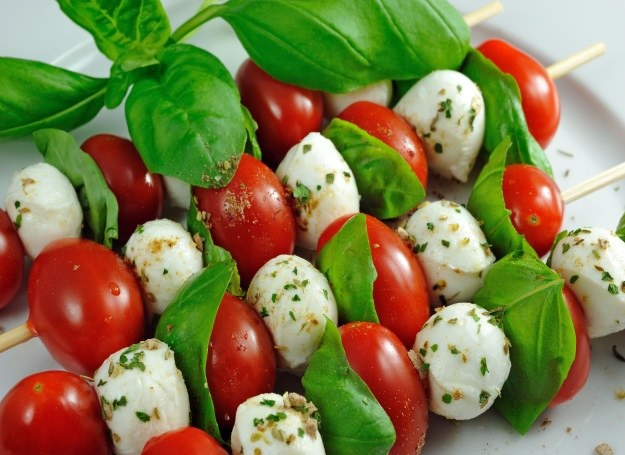 Szaszłyki z pomidorem i mozzarellą /123RF/PICSEL