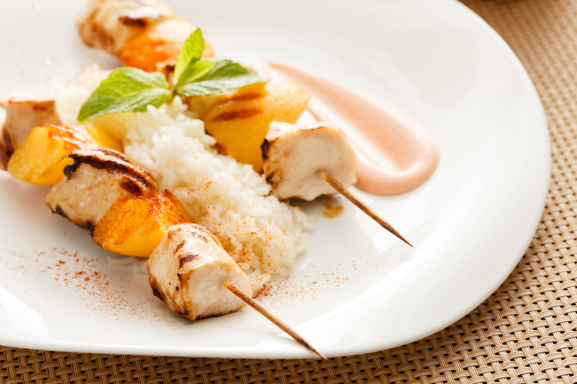 Szaszłyki z ryżem i brzoskwiniami /123RF/PICSEL