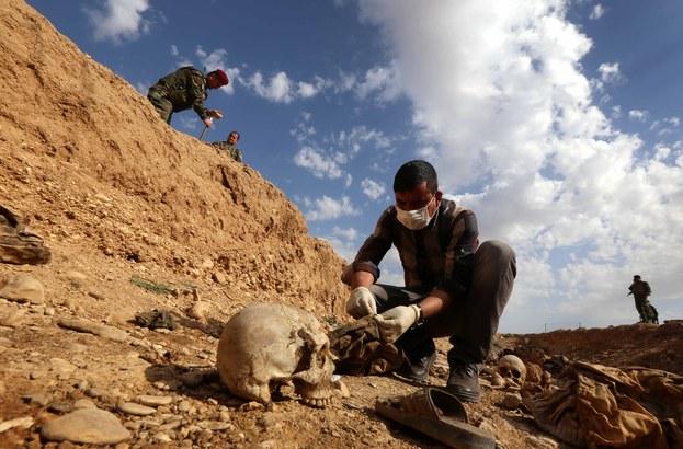 Szczątki jazydów zamordowanych przez ISIS /AFP