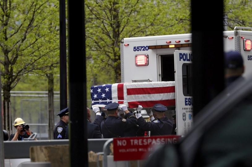 Szczątki ofiar ataków przewieziono z zakładu medycyny sądowej /PAP/EPA