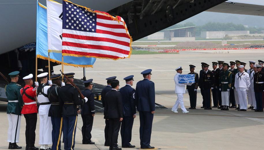 Szczątki ofiar wojny koreańskiej wynoszone z samolotu /AHN YOUNG-JOON /PAP/EPA