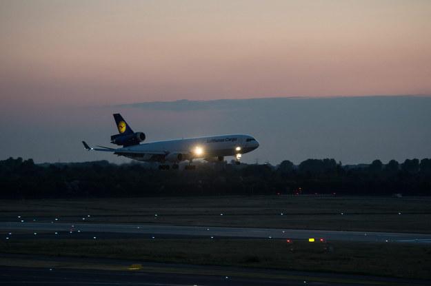 Szczątki przetransportowano na pokładzie specjalnego samolotu /MAJA HITI /PAP/EPA