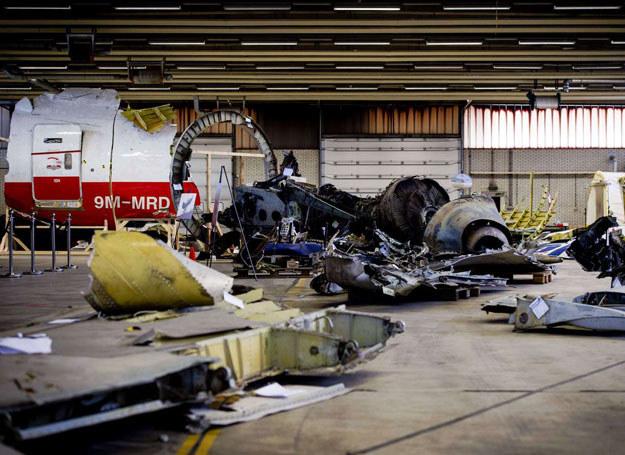 Szczątki zestrzelonego Boeinga w jednym z hangarów portu lotniczego Breda-Gilze Rijen /ROBIN VAN LONKHUIJSEN /AFP