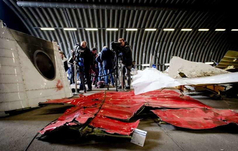 Szczątki zestrzelonego samolotu badają holenderscy eksperci /ROBIN VAN LONKHUIJSEN /AFP