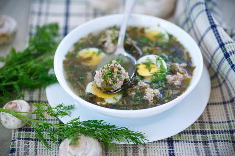 Szczawiowa to dla wielu najbardziej znienawidzona zupa z czasów PRL-u, ale dziś sięgamy po nią coraz chętniej, bo zdajemy sobie sprawę z jej właściwości zdrowotnych /123RF/PICSEL