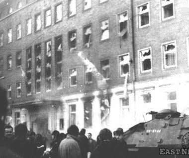 Szczecin 1970: Rewolta robotników - od protestów przeciwko podwyżkom do ataków na PZPR i milicję