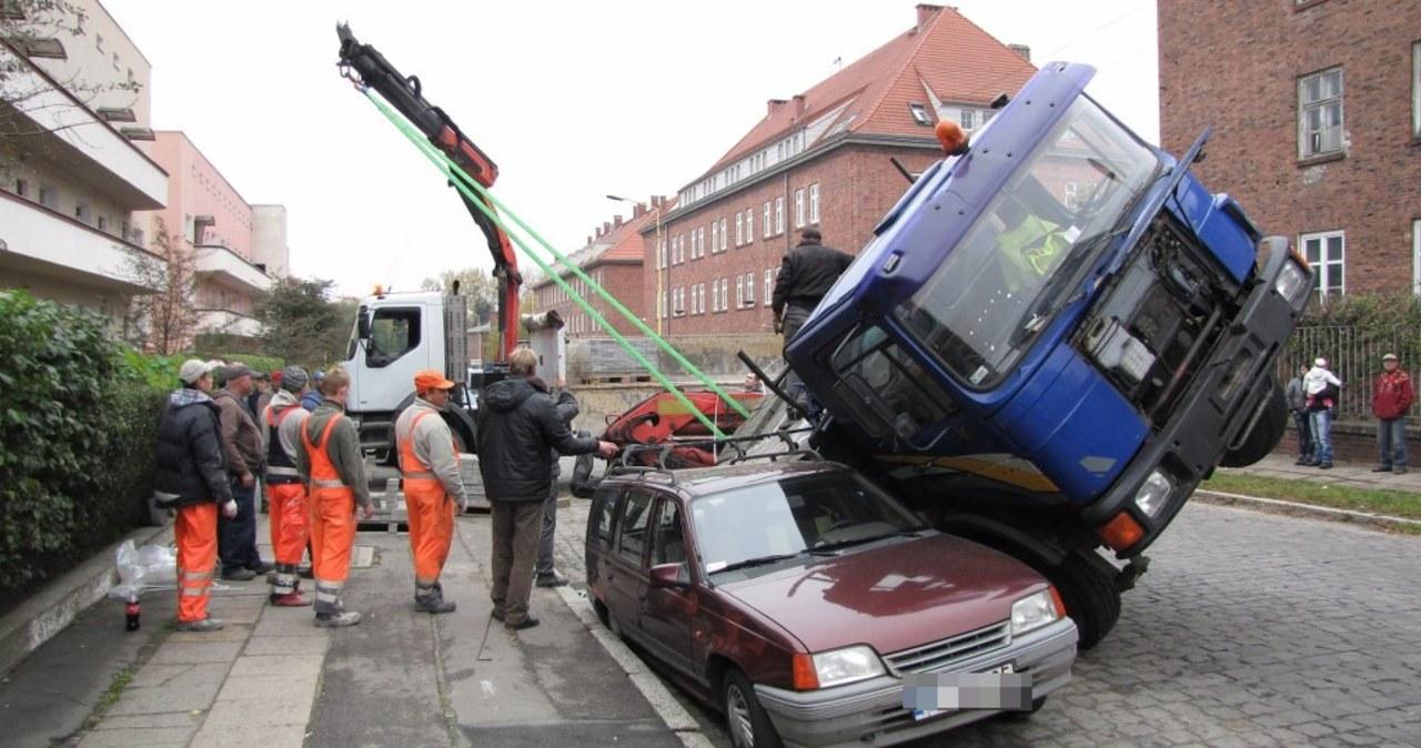 Szczecin: Jezdnia zapadła się pod ciężarówką