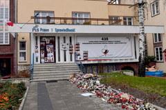 Szczecin: Plakaty z podobizną gen. Jaruzelskiego na pomniku Lecha Kaczyńskiego i siedzibie PiS