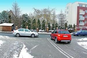 Szczególną ostrożność należy zachować, gdy do skrzyżowania równorzędnego pojazdy dojadą ze wszystkich stron. /Motor