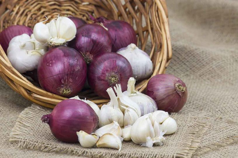 Szczególnie jesienią warto postawić na warzywa cebulowe /123RF/PICSEL