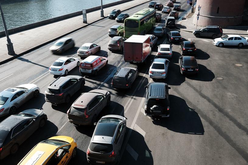 Szczególnie moskiewskie ulice pełne są luksusowych samochodów /Getty Images