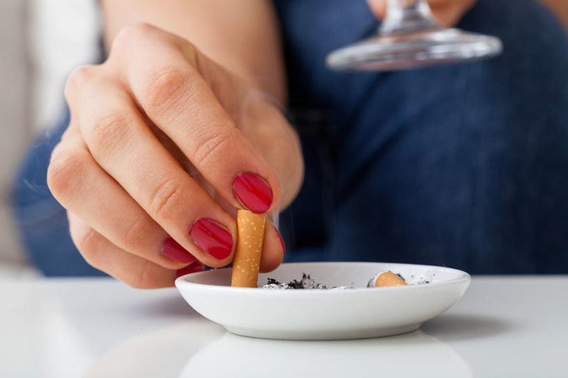 Szczególnie narażeni na chorobę są palacze /123RF/PICSEL