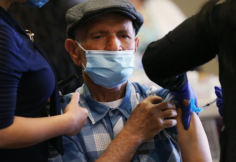 Szczepienia mają być w miejscach pracy /AFP